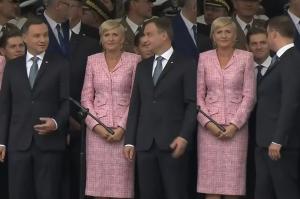 """""""Zafascynowany"""" defiladą Duda podczas obchodów święta Wojska Polskiego..."""