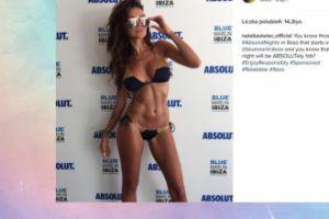 Natalia Siwiec w bikini na tle ścianki