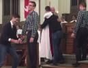 Mężczyzna oświadczył się swojemu chłopakowi w kościele!