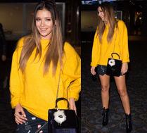Klaudia Halejcio w żółtym swetrze