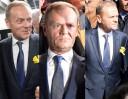 """Donald Tusk przyjeżdża do prokuratury: przepychanki, gwizdy i """"HAŃBA"""" (ZDJĘCIA)"""