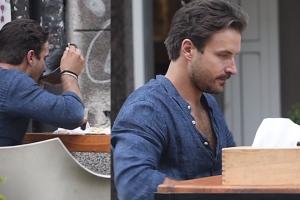 Piotr Stramowski pije zupę z talerza w restauracji…