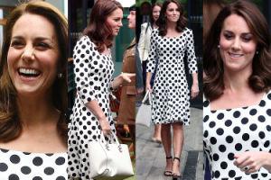 Uśmiechnięta Kate Middleton w sukience w grochy ogląda mecz Wimbledonu (ZDJĘCIA)
