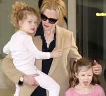 Kidman i Urban z córkami na lotnisku!