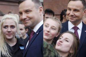 Andrzej Duda pozuje do selfie z licealistkami (ZDJĘCIA)
