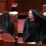 """Australijska polityk pojawiła się w Senacie UBRANA W BURKĘ. """"Cieszę się, że MOGĘ TO ZDJĄĆ! NIE MA MIEJSCA na to w parlamencie!"""""""