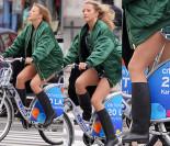 Lara Gessler w krótkiej sukience i z gołymi nogami jedzie na rowerze (ZDJĘCIA)