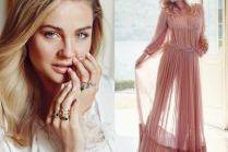 Socha w romantycznych stylizacjach reklamuje biżuterię
