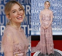 Sienna Miller w różowej sukience na czerwonym dywanie