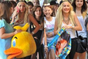 """Gwiazdka """"X Factora"""" otoczona przez fanki pod """"Dzień Dobry TVN"""" (ZDJĘCIA)"""