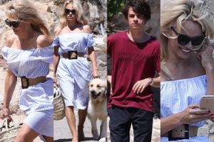 Zrelaksowana Pamela spaceruje z synem, wyprowadza psa i uśmiecha się do telefonu (ZDJĘCIA)