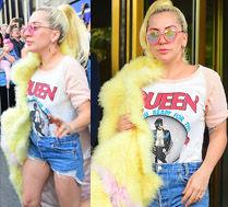 Lady Gaga w wielkim i kolorowym futrze