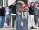 Raper Popek fotografuje się z fanami w Sopocie (ZDJĘCIA)