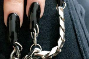 Kim Kardashian z nowymi, przekłutymi paznokciami (FOTO)
