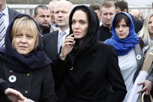 """Angelina rozwiodła się za namową koleżanek-lesbijek? """"Trzymają się razem i w tym układzie to Brad przegrywa"""""""