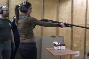 Uśmiechnięta Miriam Shaded trenuje na strzelnicy
