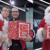 """Maciej Orłoś jako """"Święty Mikołaj"""" wspiera Szlachetną Paczkę"""