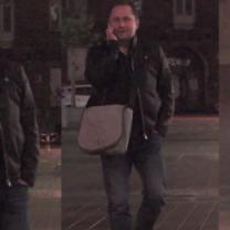 Uśmiechnięty Durczok spaceruje po Warszawie