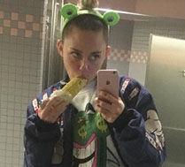 Miley pozuje w łazience z kukurydzą…