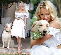 Romantyczna Pamela Anderson przytula psa
