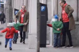 Hubert Urbański spaceruje z córkami po mieście