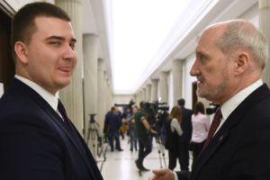 """Macierewicz dał Misiewiczowi 7 TYSIĘCY NAGRODY za """"osobiste zaangażowanie w realizacji zadań służbowych""""..."""