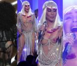 """71-letnia Cher z serduszkami na sutkach występuje na gali """"Billboardu""""! (ZDJĘCIA)"""