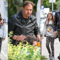 Smutny Karolak obejmuje córkę na spacerze (WIDEO)