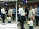 Pracownik banku doprowadził dziecko do łez! Dał mu maskotkę, a potem ją zabrał...