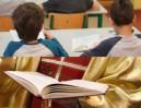 Ksiądz kazał 11-latkom... SSAĆ BUTELKĘ WYCIĄGNIĘTĄ Z ROZPORKA?!
