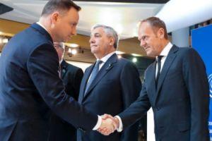 To zdjęcie przejdzie do historii? Andrzej Duda i Donald Tusk podają sobie dłonie... (FOTO)
