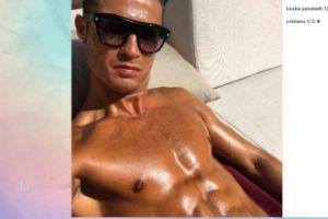 Cristiano Ronaldo pokazuje opalone ciało