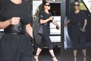 """Kim Kardashian w podkoszulku i... """"gorsecie"""" (ZDJĘCIA)"""