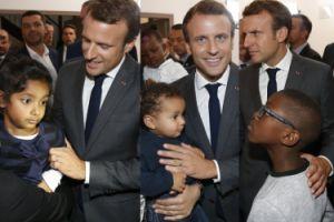Macron pozuje z dziećmi w ośrodku dla kobiet w Tuluzie (ZDJĘCIA)