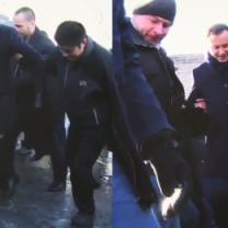Andrzej Duda ślizga się na Wielkim Murze...