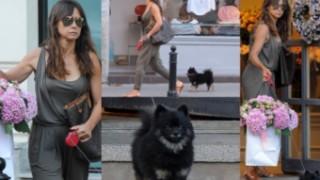 Zamyślona Kinga Rusin i pies Czarek Lis buszują wśród kwiatów (ZDJĘCIA)
