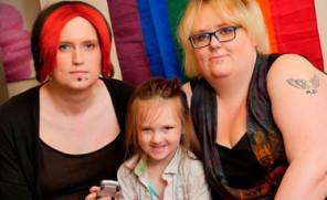 """Transseksualni rodzice wychowują dziecko """"płynne płciowo""""! """"Chcemy dać mu pewność siebie, by był, tym, kim chce być"""""""
