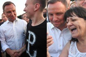 Opalony Andrzej Duda w białej koszuli śpiewa (nie) zakazane piosenki (ZDJĘCIA)
