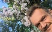 Cezary Pazura pozuje z kwiatkami