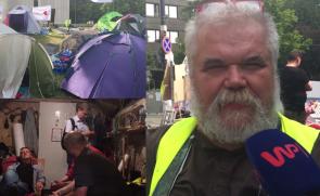 """""""Miasteczko wolności"""" pod Sejmem. Kim są protestujący? """"Od dwóch lat wychodzę na ulicę. Mamy materace, łóżka polowe!"""""""