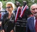 Joanna Racewicz i Antoni Macierewicz odsłonili pomniki kapitana Janeczka i pary prezydenckiej (ZDJĘCIA)