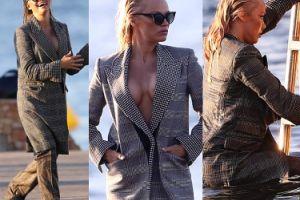 Pamela Anderson pozuje na plaży w za dużym garniturze (ZDJĘCIA)