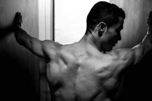 Cristiano Ronaldo pręży mięśnie