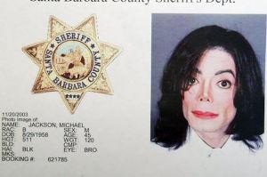 """Odtajniono raport policyjny z przeszukania rezydencji Jacksona: """"STOSY MROCZNEJ PORNOGRAFII DZIECIĘCEJ"""""""