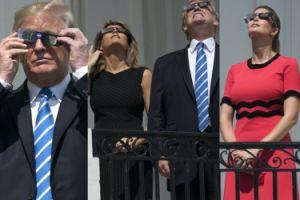 Donald, Melania i Ivanka Trump oglądają zaćmienie słońca (ZDJĘCIA)