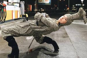 Maffashion wygina się na stacji benzynowej (FOTO)
