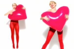 Miley TOPLESS w reklamie… rajstop! (WIDEO)