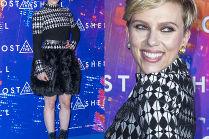 Scarlett Johansson chwali się pierzastą spódniczką