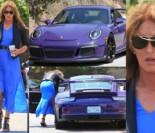 Caitlyn Jenner wysiada z porsche w niebieskiej sukience... (ZDJĘCIA)