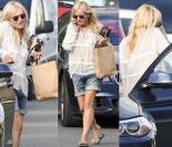 Monika Olejnik wysiada z auta w dżinsowych szortach (ZDJĘCIA)